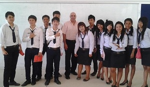 Mitch Amarando Thailand class picture with students med