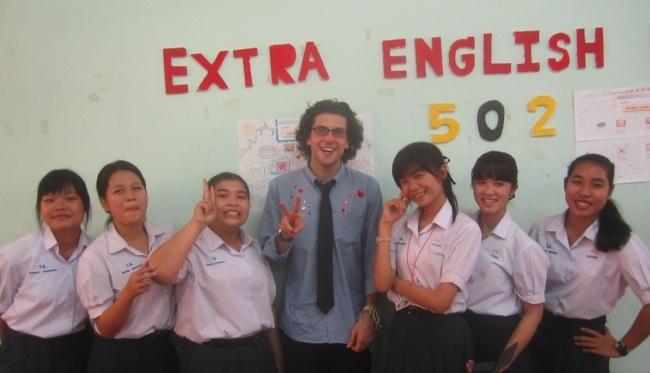 How much do English teachers in Thailand earn?