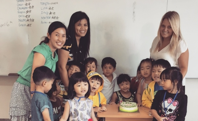 What are salaries or English teachers in Thailand?