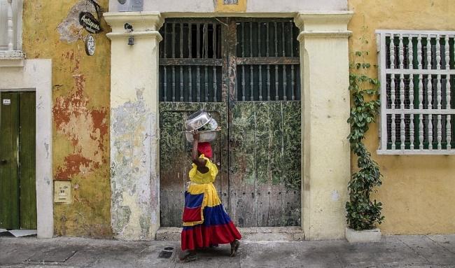 650-colombia-cartagena-street-woman-pb.jpg