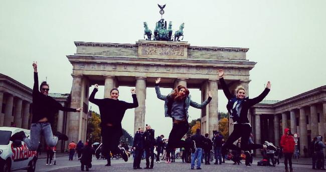 650-megan-cape-Berlin-Brandenburger_gate-Jumping-through-Brandenburger-Gate.png