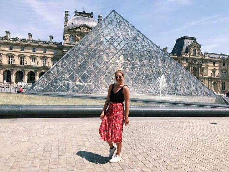 Kristen Bryk - Lourve - Paris, France-1